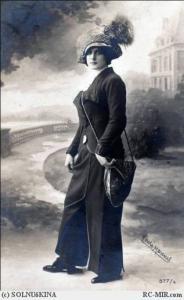 Женщина в брючном костюме