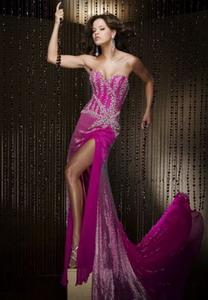 Длинное вечернее платье с разрезом от бедра