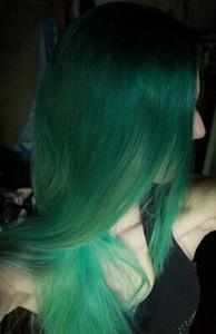 Изумрудно-зеленый оттенок волос