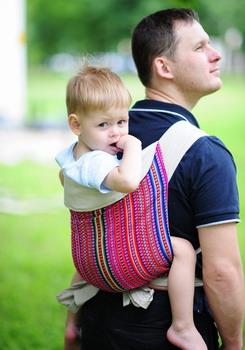 Папа с ребенком в слине