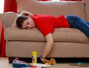 Уставшая женщина на диване