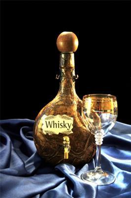Whiskey и whisky - один и тот же напиток.  Только первый вариант...