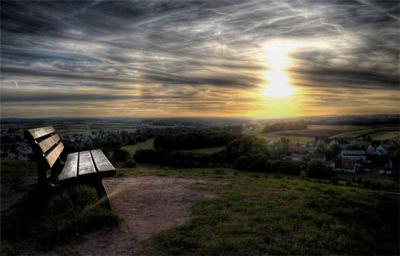 Скамейка на холме