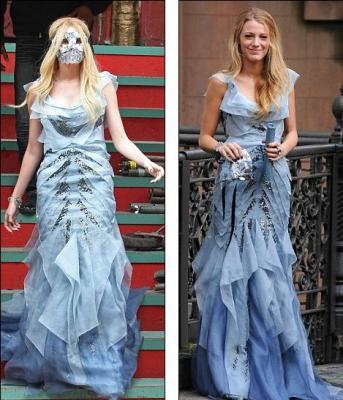 В маске в голубом вечернем платье в