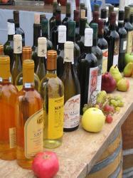 Каждый район Греции производит свои собственные вина.  Наиболее известный крепкий напиток - узо - анисовая.